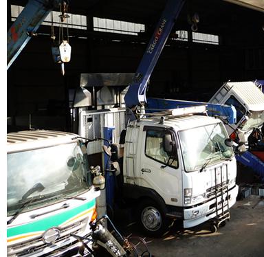 中古トラック販売有藤商店の作業風景